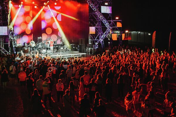 Музыкальный концерт группы Пицца. Снято на большой сцене. Общий план