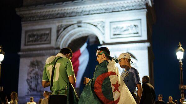 Празднование победы сборной Алжира над Нигерией в центре Парижа. 14 июля 2019