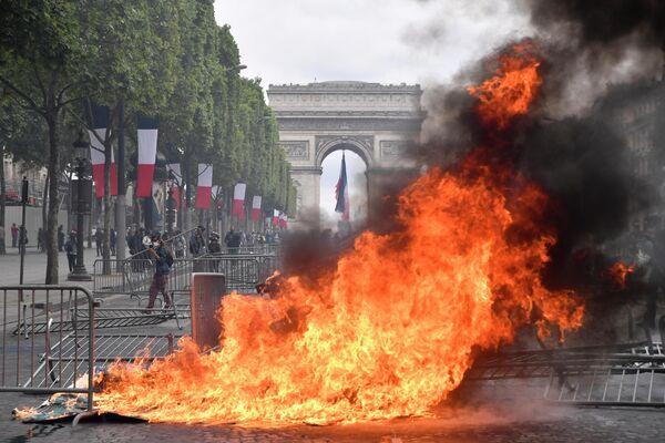 Беспорядки на Елисейских полях в Париже