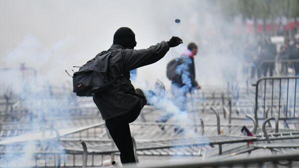 Участник беспорядков на Елисейских полях в Париже