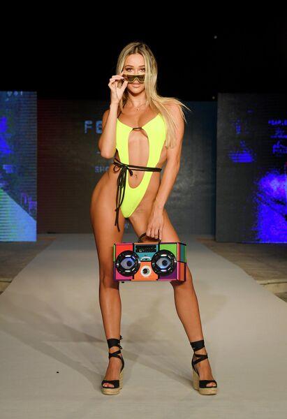Модель на показе Oh Polly на Неделе моды Miami Swim Week 2019
