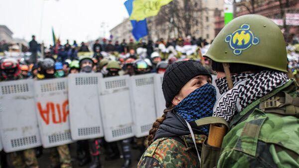 Отряды Самообороны Майдана у баррикад на улице Крещатик во время попытки сторонников президента Януковича убрать баррикады