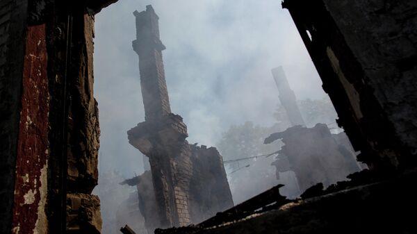 Сгоревший после артобстрела дом в микрорайоне Химик города Славянск