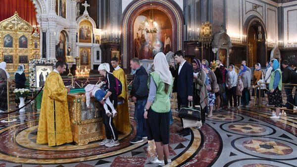 Прихожане поклоняются мощам святых Петра и Февронии, доставленным из Свято-Троицкого женского монастыря Мурома, в храме Христа Спасителя