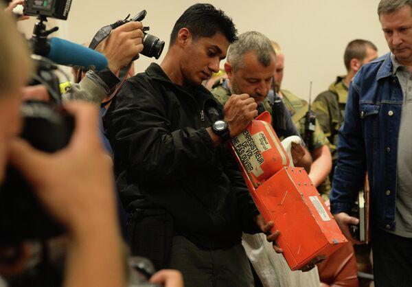 Представители Донецкой Народной республики и малайзийские эксперты во время передачи бортовых самописцев Boeing, разбившегося на Украине