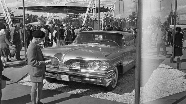Посетители у экспозиция производителей легковых автомобилей. Американская Национальная Выставка в Сокольниках, Москва, 25 июля 1959 года.