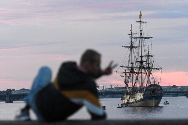Фрегат Полтава на фоне Троицкого моста на новом месте в акватории Невы для участия в репетициях главного военно-морского парада на день ВМФ