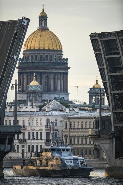 Противодиверсионный катер проекта 21980 Грачонок во время выхода боевых кораблей из Санкт-Петербурга в рамках подготовки к Дню ВМФ России