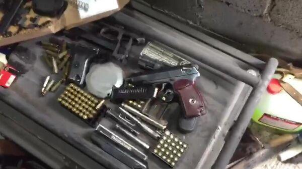 Оружие и боеприпасы, найденные сотрудниками ФСБ при обыске дома жителей Курской области. Стоп-кадр видео, предоставленного ФСБ РФ