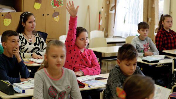 Дети на занятиях в школе
