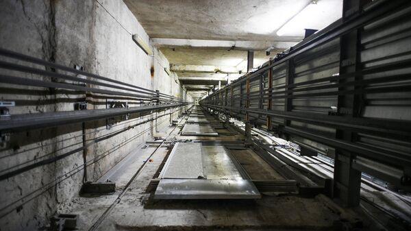 Шахта лифта в высотном жилом доме на Котельнической набережной в Москве
