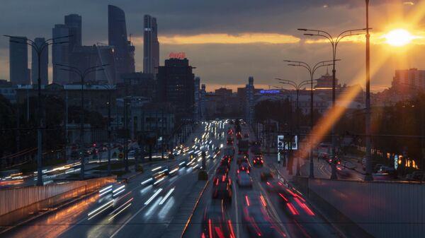 Автомобили на Крымском валу в Москве