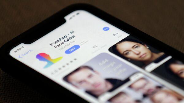 Приложение FaceApp на экране смартфона
