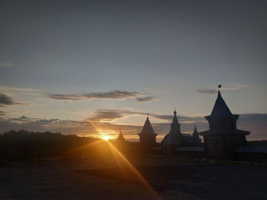 Закат в Трифоновом Печенгском монастыре