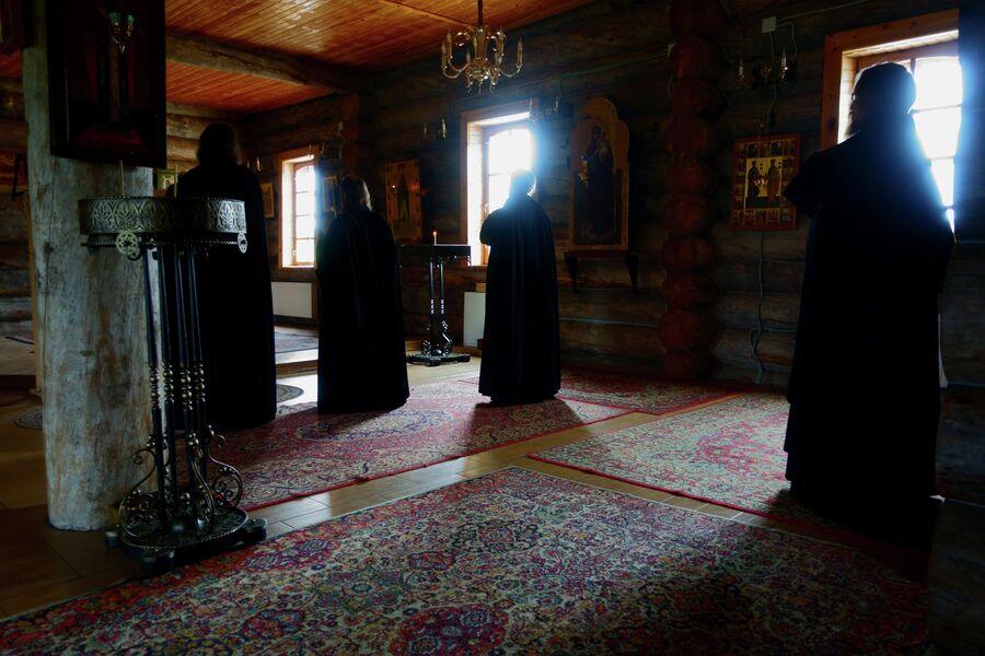 Монахи на молитве