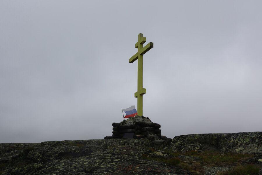 Памятный крест в честь возррождения Трифоново-Печенгского монастыря