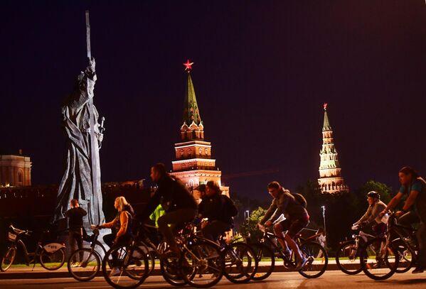 Участники во время заезда ночного велофестиваля в Москве
