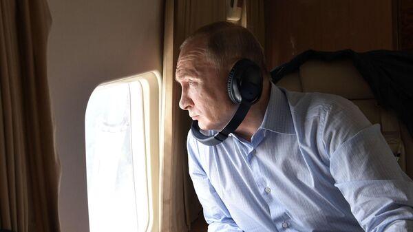 Президент РФ Владимир Путин во время облета районов подтопления в Иркутской области