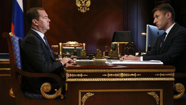 Председатель правительства РФ Дмитрий Медведев и генеральный директор АО Дом.рф Александр Плутник. 19 июля 2019