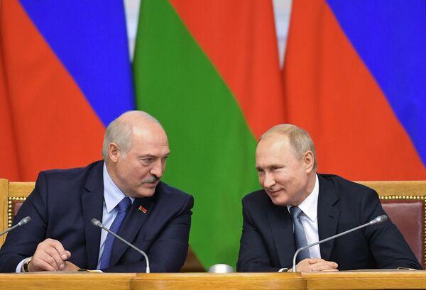 Президент РФ Владимир Путин и президент Белоруссии Александр Лукашенко на пленарном заседании VI Форума регионов России и Белоруссии в Таврическом дворце