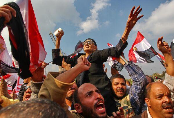 Сторонники военного правительства Египта во время демонстрации на площади Аббасия в Каире