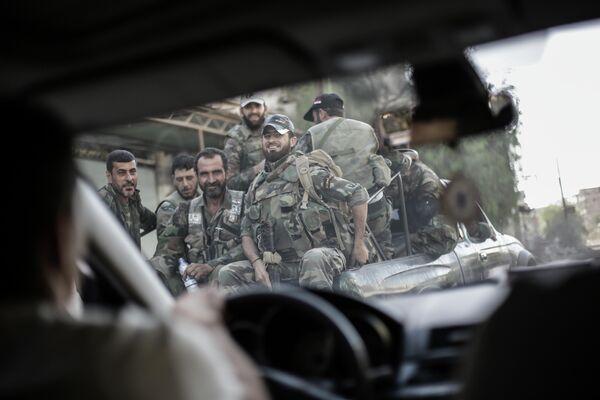 Солдаты в пикапе в сирийском городе Гута