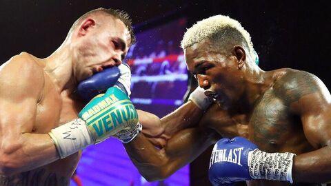 Момент боя между российским боксером Максимом Дадашевым и пуэрториканцем Субриэлем Матиасом