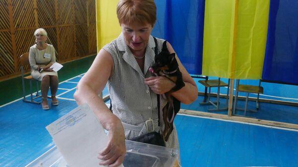 Избирательница голосует на участке в Черкассах на досрочных выборах в Верховную раду Украины. 21 июля 2019