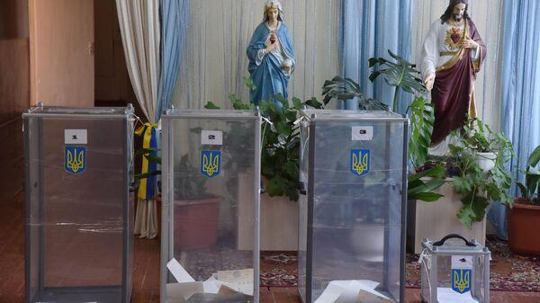 Урны для голосования на досрочных выборах в Верховную раду Украины на избирательном участке в селе Крехов Львовской области