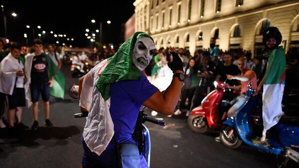 Болельщик сборной Алжира во время празднования победы сборной на кубке Африканских наций
