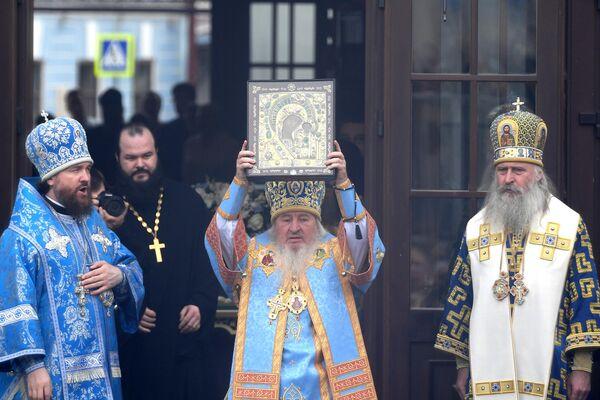 Митрополит Казанский и Татарстанский Феофан во время крестного хода с иконой Казанской Божией Матери