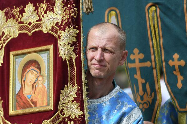 Священнослужитель во время крестного хода с иконой Казанской Божией Матери