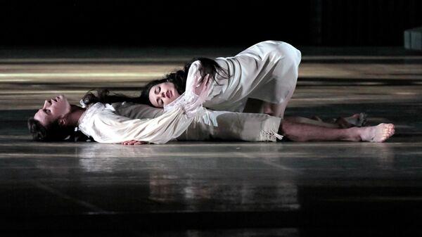 Диана Вишнева и Константин Зверев в сцене из балета Парк в постановке хореографа Анжелена Прельжокажа в Мариинском театре