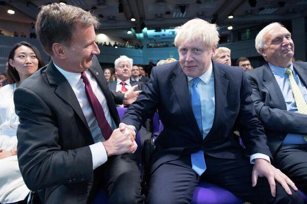 Джереми Хант поздравляет Бориса Джонсона после того, как он был объявлен новым лидером Консервативной партии Великобритании. 23 июля 2019 года