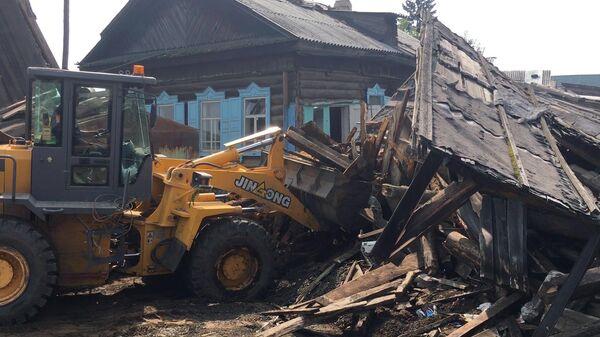 Сотрудники МЧС РФ занимаются аварийно-восстановительными работами в городе Тулуне Иркутской области после паводка. 23 июля 2019