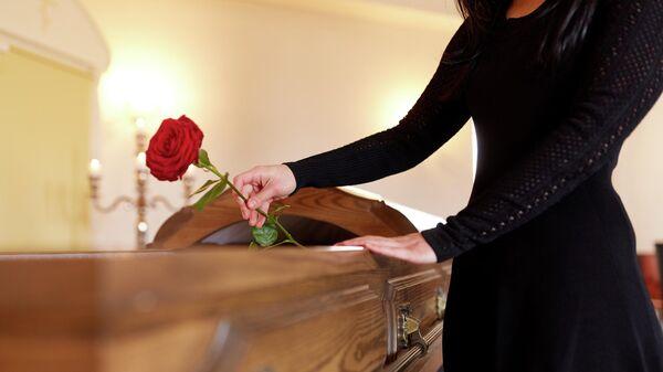 Женщина на похоронах