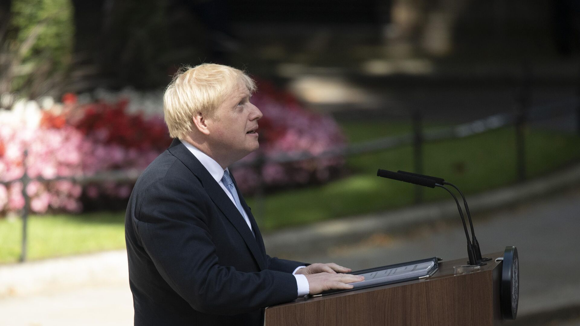 Премьер-министр Борис Джонсон выступает перед журналистами у резиденции на Даунинг-стрит, 10 - РИА Новости, 1920, 15.09.2021