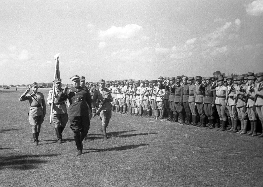 Обход строя солдат 1-й армии Войска Польского