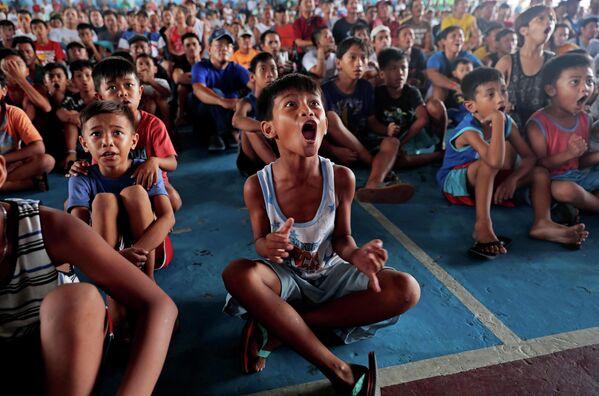 Зрители наблюдают за боем Мэнни Паккьяо в Марикине, Филиппины