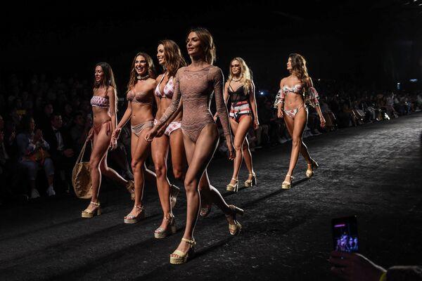 Модели во время Недели моды в Медельине, Колумбия