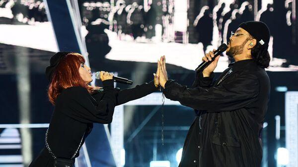 Певца Zivert и Филипп Киркоров во время выступления на церемонии открытия международного музыкального фестиваля Жара в Баку
