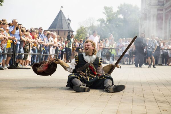 Участник фестиваля клубов военно-исторической реконструкции Кремли России во время реконструкции сражения