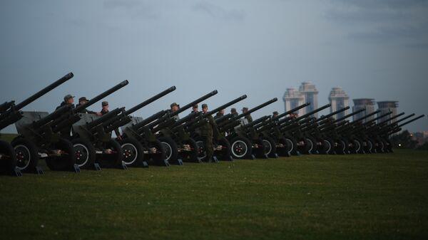 Военнослужащие у зенитных орудий на территории парка Победы на Поклонной горе