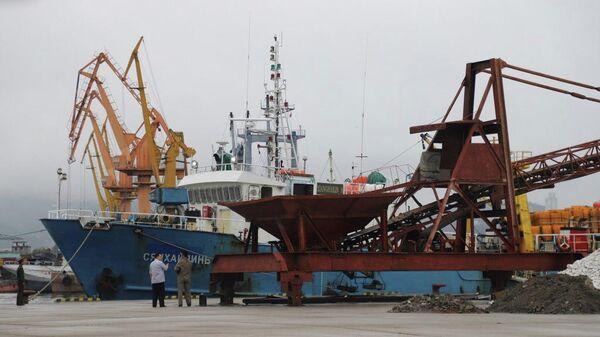 Рыболовный траулер Сянхайлинь-8 в порту Вонсан, КНДР