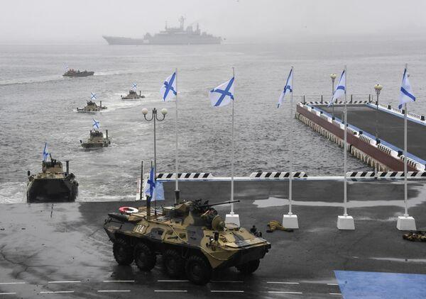 Высадка морского десанта во время показательных выступлений в рамках празднования Дня ВМФ во Владивостоке
