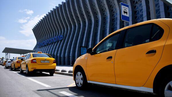 Такси у здания Международного аэропорта Симферополь имени И. К. Айвазовского