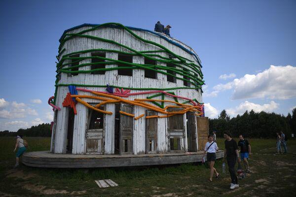 Посетители фестиваля Архстояние у объекта Ротонда Александра Бродского.