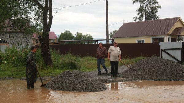 Жители Байкальска во время подтопления из-за паводка