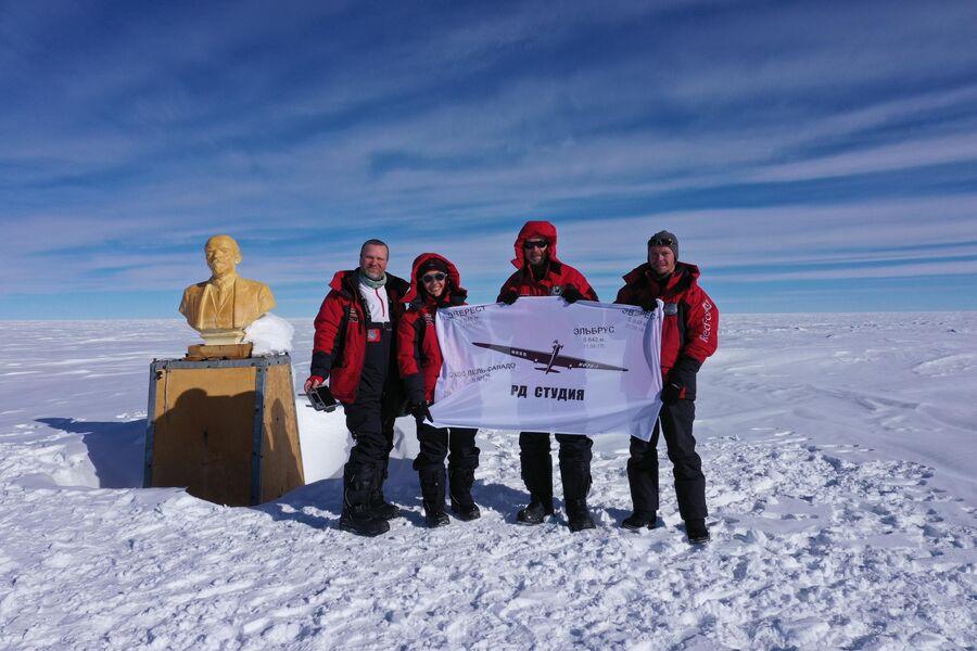 Антарктида. Валдис Пельш со съемочной группой на Полюсе Недоступности