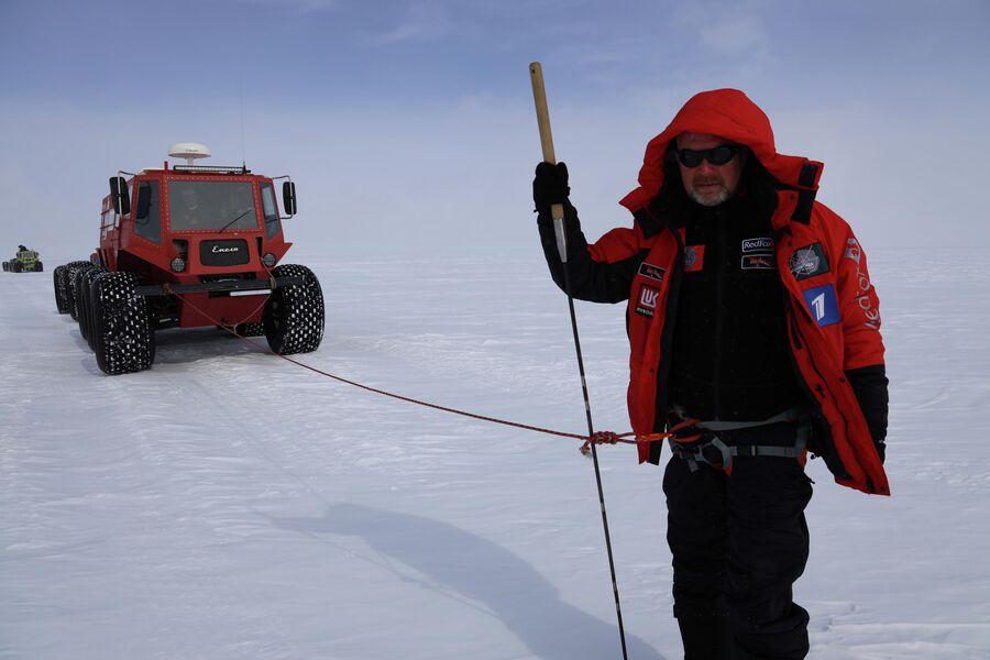 Антарктида. Валдис Пельш в специальной обвязке идет впереди машин, определяя трещины по маршруту